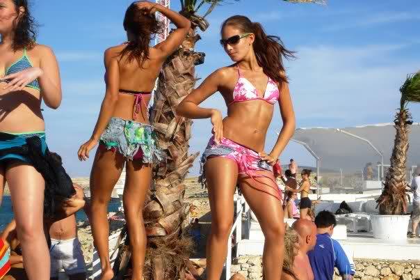 девки танцуют на пляже фото
